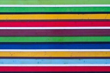 Gestreifter bunter Hintergrund aus gemalten Holzbohlen. Das Hintergrundbild