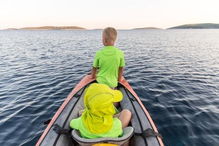 Brüder auf ein neues Abenteuer mit dem Vater auf einer Kajak-Reise zu einem in der Nähe der Insel unter den Sternen zu schlafen. Konzept Foto von einer Familie Qualität Zeit, Vater und Söhne Bindung. Standard-Bild - 63709045