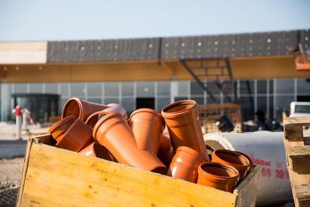 Holzkiste mit Kunststoffrohren gefüllt. Wasserableitung, Bau eines Kleinunternehmens, Abwasserrohrleitungsbaukonzept. Standard-Bild - 63684275