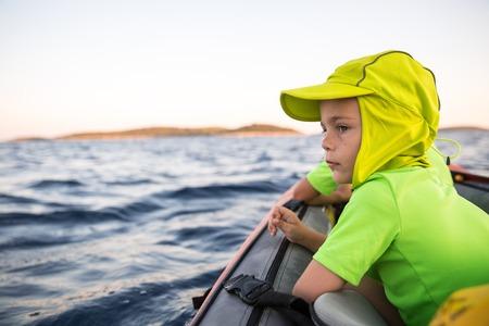 Brüder auf ein neues Abenteuer mit dem Vater auf einer Kajak-Reise zu einem in der Nähe der Insel unter den Sternen zu schlafen. Konzept Foto von einer Familie Qualität Zeit, Vater und Söhne Bindung. Standard-Bild - 63709050