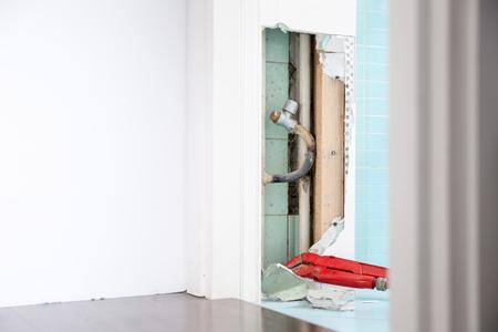 Versteckte Lecks in der Heizung oder in der Wasserversorgung können Fäulnis und andere Schäden verursachen, wenn sie unbehandelt bleiben. DIY, Klempnerarbeit, Wasserleck, Hauptreparaturkonzeptfoto. Standard-Bild - 77513329