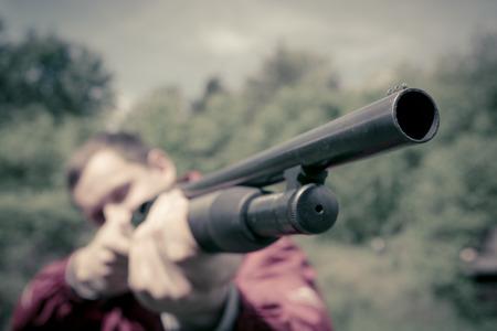 fusil de chasse: Guy avec un fusil de chasse Banque d'images