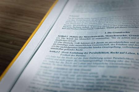Gesetzestext des Grundgesetzes Artikel 1 GG Menschenrechte Grundrechte der Bundesrepublik Deutschland Standard-Bild