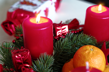 Advent wreath in red gold candles with snow as background and not yet lit candles Imagens