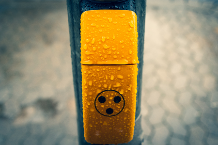 Blind Pimple with three yellow dots in the rain Standard-Bild - 124811611