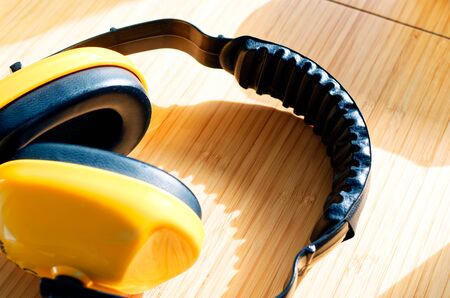 yellow earmuffs to clarify construction noise and noise Standard-Bild - 124811725