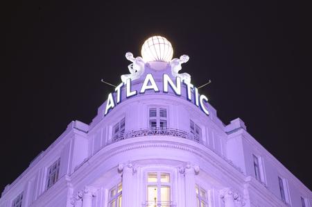 Eingang des prestigeträchtigen Hotels Atlantic en Hamburgo Deutschland Europa en Hamburgo bei Nacht fotografiert am 2017.07.09 Editorial