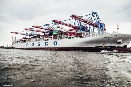 Ship of the Cosco shipping company unloaded in the port of Hamburg in Hamburg Germany photographed on 08.15.2015 Standard-Bild - 137899938