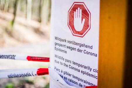 Sign at game park with in German Wildpark vorübergehend gesperrt wegen Corona Epidemie in English Game park temporarily closed due to corona epidemic 02.04.2020 Saarbrücken Germany Standard-Bild - 145672342