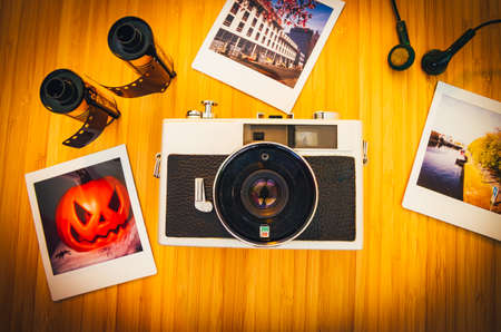 Old retro cameras on wood photographed from above Standard-Bild - 155574083