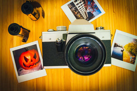 Old retro cameras on wood photographed from above Standard-Bild - 155574091