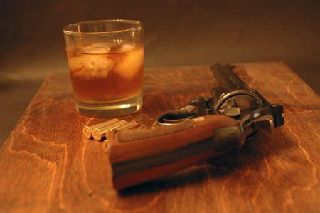 magnum: 357 Magnum avec un verre de whisky Banque d'images