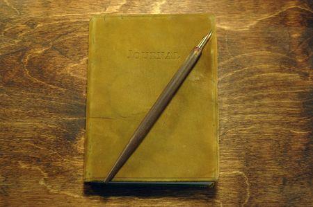 ペンで革製本雑誌配架