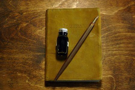 ペンとインクの革製本雑誌配架 写真素材