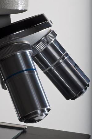 白で隔離される顕微鏡レンズ要素