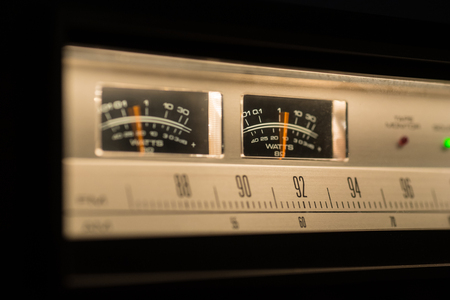 행동에 VU 미터를 보여주는 빈티지 라디오.