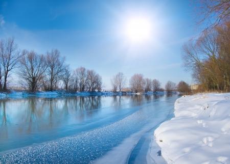 Innevato fiume inverno Archivio Fotografico - 14950901