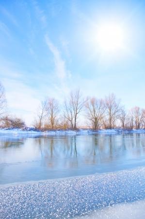 winter wonderland: innevato fiume inverno Archivio Fotografico