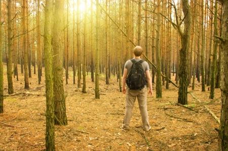 Giovane uomo in piedi nella foresta Archivio Fotografico - 15844686