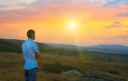 Giovane uomo in montagna al tramonto Archivio Fotografico - 23556440