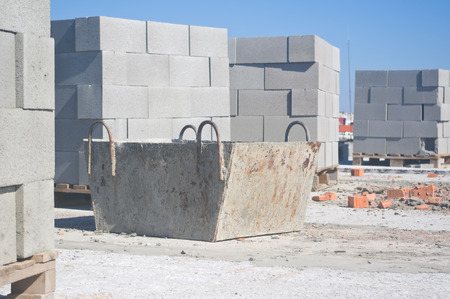 Tub for concrete and pallets of breeze blocks for construction Archivio Fotografico - 96379175