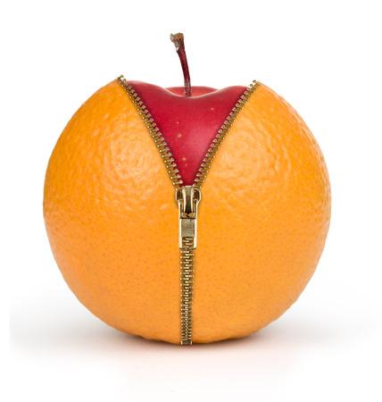 naranja color: concepto de dieta, manzana en el interior naranja