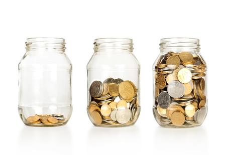 ahorros: Banco de vidrio para las extremidades con el dinero aislados en blanco Foto de archivo