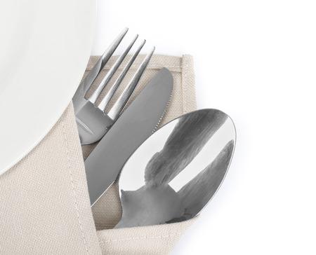 serviette: Mes, vork en lepel met linnen servet, geïsoleerd op de witte achtergrond Stockfoto