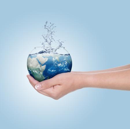 Globe in menselijke hand tegen blauwe hemel Milieu bescherming concept