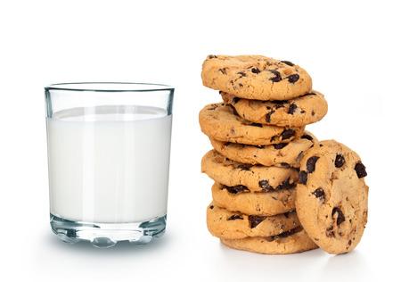 galleta de chocolate: Vaso de leche y galletas aislados en blanco