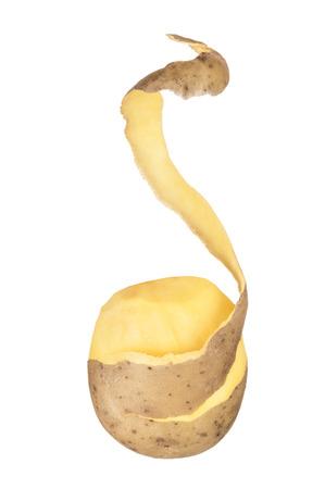 patate con la buccia pelati in volo su uno sfondo bianco isolato
