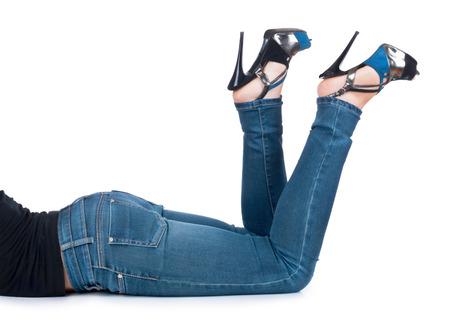 jeans apretados: chica en una camiseta negro y pantalones vaqueros en el fondo aislado