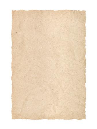 Kraft-Seite mit zerrissenen Kanten auf einem isolierten weißen Hintergrund