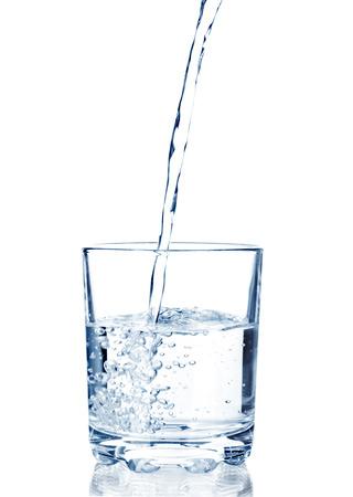 vasos de agua: agua vertida en un vaso