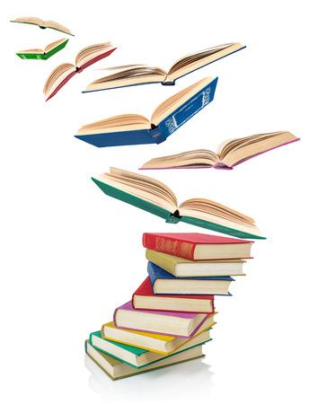 Gran pila de libros antiguos viejos aislados en el fondo blanco