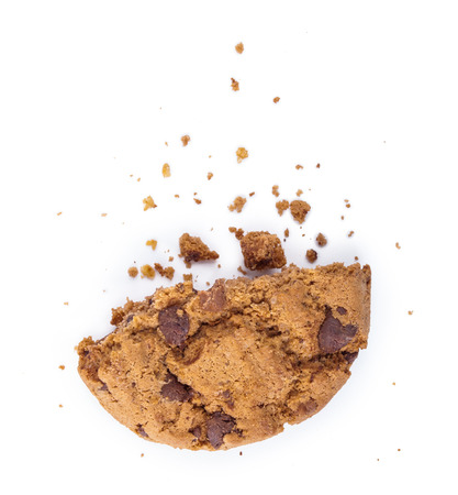 흰색으로 격리 초콜릿 조각 쿠키를 깰