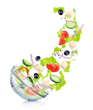 ensalada: La ca�da de la ensalada griega en una ensaladera de cristal con la reflexi�n. Concepto figura delgada Foto de archivo