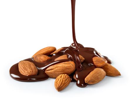 白地にチョコレートがメダルの山の上に注がれる