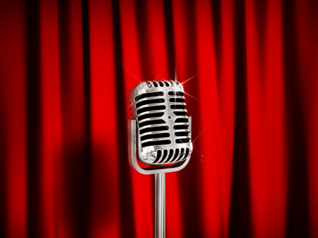cortinas rojas: Micr�fono de la vendimia sobre cortinas rojas.