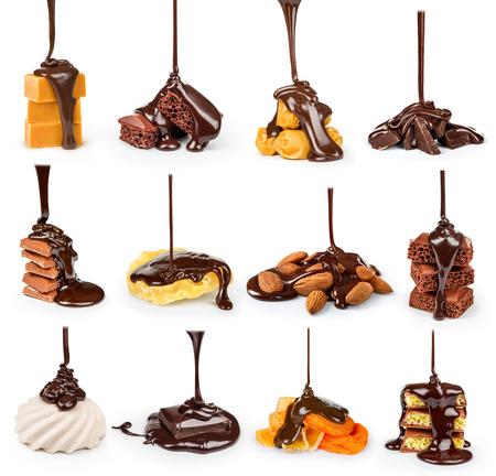 sciroppo di cioccolato su un cookie su sfondo bianco