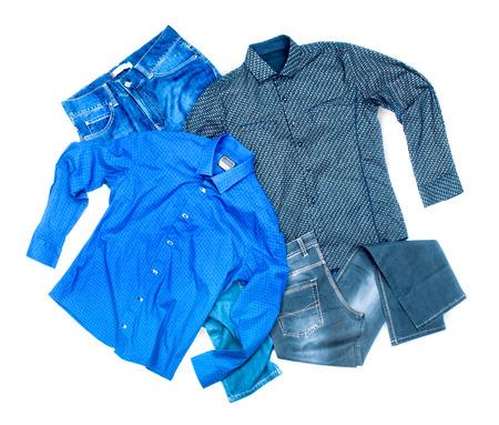 ropa casual: ropa tirada sobre un fondo blanco Foto de archivo
