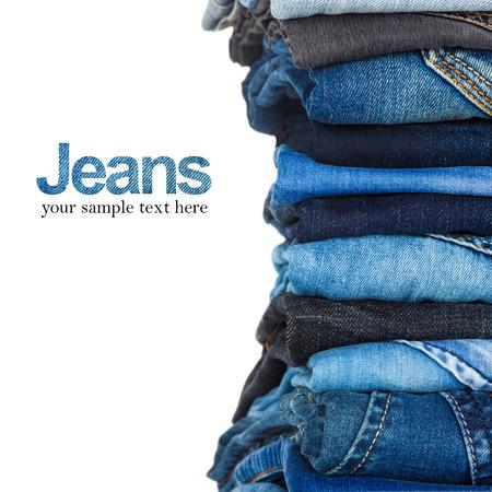 apilar: pila de distintos tonos de jeans azul sobre fondo blanco Foto de archivo