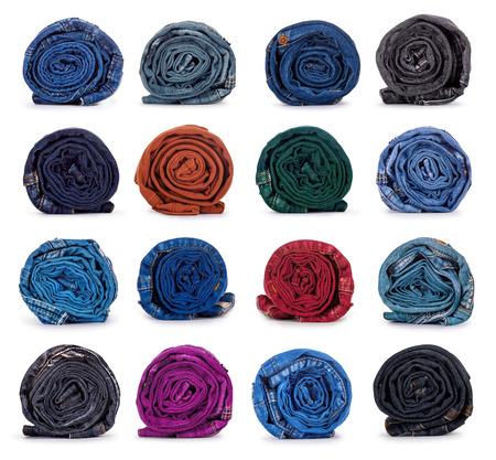 in jeans: rollo de mezclilla de color azul oscuro sobre un fondo blanco