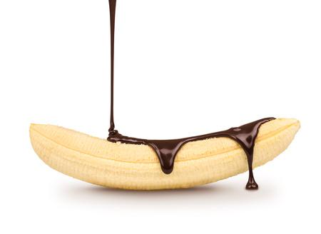 platano maduro: chocolate negro se vierte sobre el pl�tano maduro sobre un fondo blanco