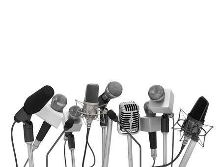 Persconferentie met staande microfoons.