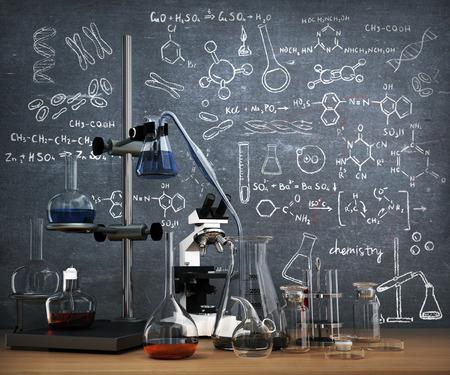 Chemisch laboratorium concept. Laboratorium chemische reageerbuizen en voorwerpen op de tafel met chemie te trekken op whiteboard.