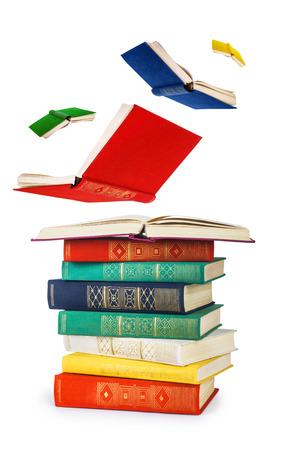pila de libros antiguos y libros voladores aislados en blanco
