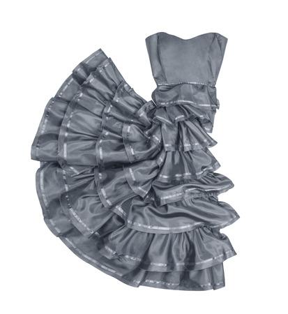 traje de gala: exuberante vestido sin tirantes gris en movimiento sobre un fondo blanco Foto de archivo