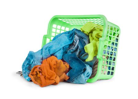 lavanderia: Ropa brillante en una canasta de lavandería sobre fondo blanco