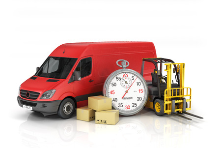 Caja de paquete de cartón con el cronómetro y el vehículo de reparto con la carretilla elevadora en el fondo blanco. Entrega rápida y el concepto de carga.